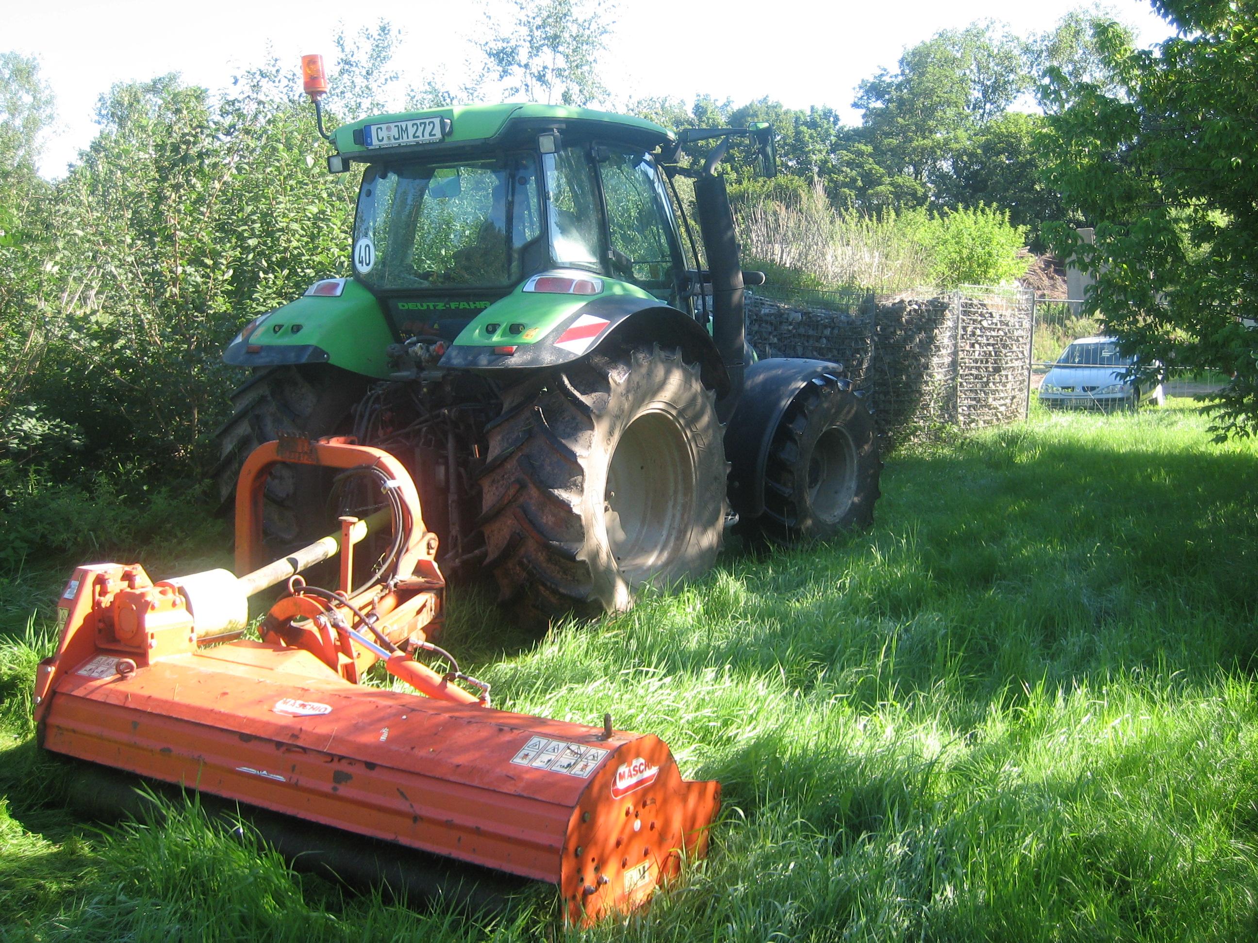 Mähen mit Deutz – Traktor von großen Flächen, maximale Schnittbreite.