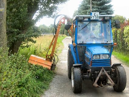Mähen mit ISEKI – Traktor von kleinen Flächen mit Auslegearm.